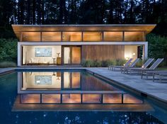 The Nancy Creek Guesthouse & Swimming Pool provide guest quarters and outdoor entertainment space to a mid-century modern home in Atlanta. The new additions were placed on a 60-by-120-foot site once occupied by a tennis court. Architecture: Philip Babb Architecture