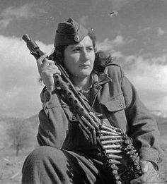 Fighter of the Democratic Army of Greece (ΔΣΕ). Military Chic, Military Women, Women In Combat, 1940s Woman, Warrior 2, Colorized Photos, Female Soldier, Military Diorama, Red Army
