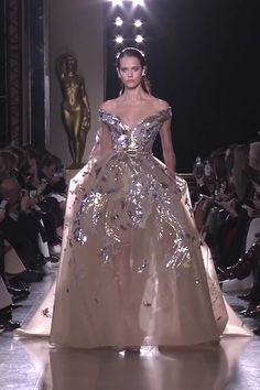 Gorgeous Embroidered Beige Off Shoulder A-Lane Evening Long Dress / Evening Ball Gown with V-Neckline, V-Back Cut and a Train. Runway Show by Elie Saab Elie Saab Couture, Haute Couture Dresses, Couture Fashion, Elegant Dresses, Pretty Dresses, Formal Dresses, Club Dresses, Ellie Saab Gowns, Godmother Dress