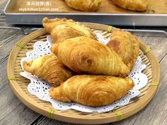 The crust of spiral curry puff is made with the combination of oil dough and water dough. Shortening is used to make the oil dough as it will yield a less oily crust. You may deep-fry or bake the c… Malaysian Cuisine, Malaysian Food, Malaysian Curry, Malaysian Recipes, Asian Snacks, Asian Desserts, Asian Foods, Baked Curry Puff Recipe, Swiss Roll Cakes