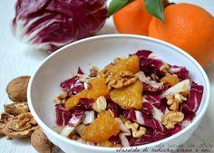 L'insalata di radicchio arance e noci è un gustoso contorno di stagione che può diventare anche un piatto unico dalle innumerevoli proprietà benefiche.