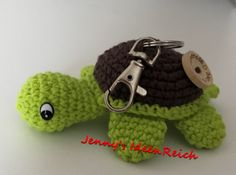 Ihr könnt hier die komplett ausformulierte Häkelanleitung zum Schildkröten Schlüsselanhänger erwerben Sie ist 6 Seiten lang und besteht aus Texten und Bildern zu allen Einzelteilen. Die Kleinen werden ca 10 cm groß!! Verwendete Häkelbegriffe: Magic
