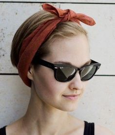 Check out the cutest ways you can wear a bandana with your hair and cut off 10 years instantly! These bandana hairstyles will make look glamorous. How To Wear Headbands, Headbands For Short Hair, Headbands For Women, Bandana Headbands, Bandana Pelo, Headband Updo, Red Bandana, Headband Styles, Headpiece