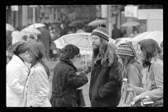 Tres mil negativos salen a la luz, gracias a un fotógrafo que registró la vida de los chilenos durante el gobierno de Salvador Allende. El Golpe de Estado lo llevó a enterrar su secreto, pero hoy se muestra públicamente en la web de la Biblioteca Nacional Digital y las puedes ver aquí. Couple Photos, Couples, The Sting, Mothers, Thanks, Couple Pics, Couple Photography, Couple