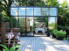 Kanske inte ett växthus i min smak - egentligen - men på den här uteplatsen passar det perfekt. Skulle inte göra sig med ett mer traditionellt sådant.