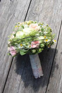 Sommerlicher Brautstrauß in Pastellfarben mit Kamillenblüten