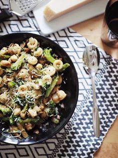 Helppoa arkiruokaa: PPP+ eli pestoa, pastaa ja parsakaalia plus vähän muutakin | Pupulandia : Pupulandia Kung Pao Chicken, Fine Dining, Pasta Salad, Risotto, Ethnic Recipes, Food, Crab Pasta Salad, Essen, Meals