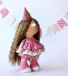 ✨Цирк уехал....клоуны остались....✨ Девочка в костюмчике смешинки ...В наличии. Ростик как обычно 32 см. Колпачок и носик снимаются!!! ...................... #кукла #куклавподарок #куклавналичии #куклатильда #интерьернаякукла #текстильнаякукла #подарокнаденьрождения #подарокручнойработы #тильда #цирк #клоун #смешноевидео #деньрождения #шьюкукол #длядевочки #дляинтерьера #дляфотосессии #milahandycrafts #milahandycraftsshop #sewing #handmadedoll #handmadepresent #tilda #toy #circus #baby…