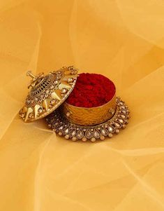 Select beautiful range of sindoor box online from the huge collection. We offer silver kumkum box, gold plated kum kum bharani and fancy sindoor dani at best price. Bridal Accessories, Bridal Jewelry, Jewelry Art, Gold Jewelry, Jewelry Design, Fashion Jewelry, Indian Bridal Outfits, Indian Bridal Wear, Marriage Album