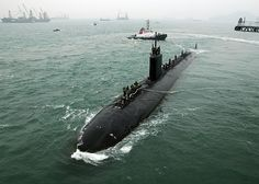 The Los Angeles-class fast attack submarine USS Hampton (SSN prepares to moor alongside the submarine tender USS Frank Cable (AS Us Submarines, Subic Bay, Nuclear Submarine, Us Navy Ships, Man Of War, United States Navy, Aircraft Carrier, War Machine, Battleship