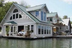 Portland House Boat Rental: 'floating Home' Featured On ~hgtv's~ Living Channel 80 Homes Seattle, Houseboat Living, Floating House, Tiny House Movement, Rustic Design, Renting A House, Bungalow, Beautiful Homes, Houseboats