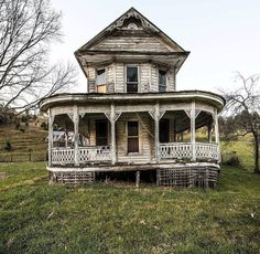 Virginia farm house (this looks like the house from Bridges over Madison County). Abandoned Mansion For Sale, Abandoned Property, Old Abandoned Houses, Abandoned Castles, Abandoned Mansions, Abandoned Buildings, Abandoned Places, Abandoned Plantations, Mansion Homes