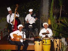 In den Flitterwochen in Bali, wir waren in einem Restaurant essen mit Live Musik - das lustige war das die Musiker das Küchenpersonal samt Koch war die immer mal wieder zwischendurch einen Song spielten.