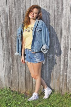 WHAT TO WEAR: Weekend Wear | CollegeFashionista. Jean Jacket, white high top converse, ripped levi shorts, vintage beach shirt.