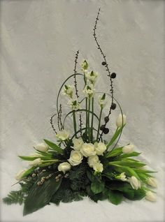 Begravningsdekoration med vita blommor och pinnar - Funeral flowers in white and green
