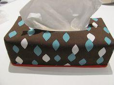 Met een restje stof van de kussentjes die ik voor mama had gemaakt, besloot ik een bijpassende omkeerbare zakdoekdooshoes te maken. Het pat...