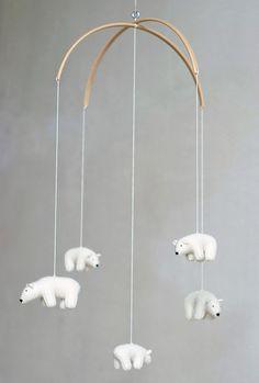 Un mobile bébé contemporain avec des ours polaire au crochet