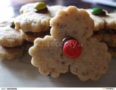 Mouku smícháme s cukrem, skořicí a oříšky. Přidáme měkké pokrájené máslo a zpracujeme těsto. Dáme odležet do lednice min. 2hodiny. Pak vyválíme... Croissants, Cookies, Desserts, Food, Advent, Christmas Ideas, Crack Crackers, Tailgate Desserts, Deserts