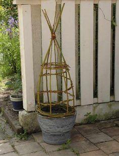 simple willow weaving, swedish site but very instructional pictures Diy Trellis, Garden Trellis, Garden Plant Supports, Living Willow, Willow Weaving, Pinterest Garden, Pot Plante, Deco Floral, Flowering Vines