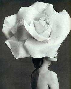 El genial couturier Alexis Mabille sorprende con maravillosos tocados de flores. #hautecouture #personalshopperparis #blogdemoda Si buscas inspiración no te pierdas mi blog: www.sexyinthecity.es
