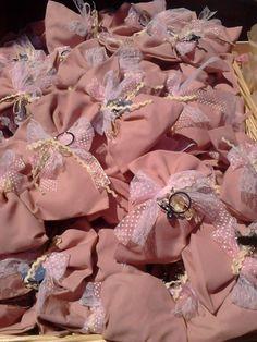 Μπομπονιέρα βάπτισης για κοριτσάκι μεταλλικό μπρελόκ πεταλούδα πάνω σε πουγγί με διακοσμητικές κορδέλες.