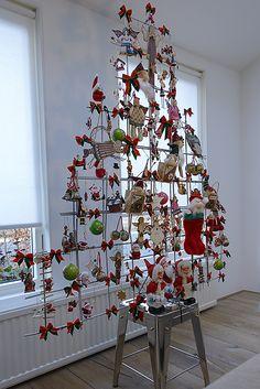 MooiDichtbij kerstboom 2012. De basis van deze kerstboom is met grijze verf bespoten betongaas. Ik heb hem gevuld met kerstspulletjes van mijn kinderen.