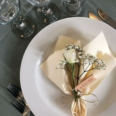Napkins folding wedding - 40 ideas for a beautifully decorated table - Bal de Promo Wedding Napkin Folding, Easy Napkin Folding, Wedding Napkins, Wedding Table, Wedding Desserts, Wedding Decorations, Summer Table Decorations, Backyard Birthday Parties, Table Setting Inspiration