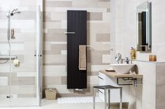 De doucheruimte is voorzien van compleet wegklapbare deuren en de vloer is voorzien van anti-slip tegels. Het brede meubel biedt opbergruimte én onder de waskom is er ruimte om te zitten. Erg praktisch, maar wel volgens de laatste trends in de badkamer.