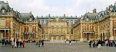 Châteu de Versailles, París.  El Palacio de Versalles es un edificio que desempeñó las funciones de una residencia real en siglos pasados. El palacio está ubicado en el municipio de Versalles, en Île-de-France. Su construcción fue ordenada por Luis XIV, y constituye uno de los complejos arquitectónicos monárquicos más importantes de Europa.  Las recámaras reales, adornos de oro, pasillos adornados maravillosamente, el cielorraso pintado y unos jardines inmensos. Es simplemente magnífico.