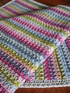 Ravelry: Project Gallery for Retro Baby Blanket pattern by Little DoolallyFree crochet pattern: Very V Blanket with photo tutorial by Crochet Afghans, Striped Crochet Blanket, Crochet Diy, Manta Crochet, Afghan Crochet Patterns, Learn To Crochet, Crochet Crafts, Crochet Stitches, Knitting Patterns
