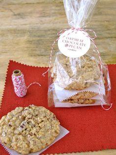 Oatmeal, Chocolate & Pecan Cookies>> love the packaging Bake Sale Packaging, Baking Packaging, Dessert Packaging, Packaging Ideas, Gift Packaging, Diy Cookie Packaging, Chocolate Oatmeal Cookies, Pecan Cookies, Chocolate Chips