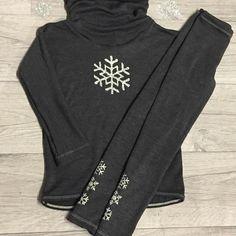 Mere ull🐑 Med glitter og glam snøfnugg til frøkna i huset😁Wool with sparkling snowflakes #myllymuksut #koseklær #glitterhtv #silhouettecameo #wool #sytt #sy #børnetøj #sewingforkids