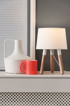 De Leitmotiv Orbit tafellamp op pootjes. #lampen #hout #design