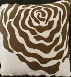 Almofada com estampa de rosa estilizada. 45 cm X 45 cm. Com ou sem recheio. Confeccionada com fio de alta qualidade composto por 50% Algodão e 50% Acrílico. Com Zíper lateral. Podendo ser encontrada em 4 versões de cores diferentes e em 3 tamanhos. Confiram essa outra cor!