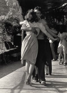 Dançamos a mesma música! 1947 • vicenzo balocchi #photography #love #blackandwhite #couple #dance