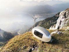 E' un micro rifugio, completamente  green , funzionale tanto quanto una stanza d'albergo. Il progetto, realizzato dagli architetti slovacchi di   Nice   Architects  ,  sfrutta le tecnologie sostenibili: energia solare ed eolica e un  sistema di raccolta e filtraggio dell' acqua piovana. L'energia pr