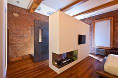 Klasszikus loft nyitott terekkel, meleg tégla és fa felületekkel, modern indusztriális stílusban
