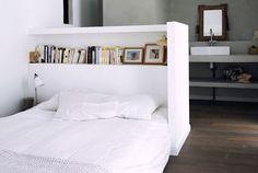 Een kastenwand achter je bed