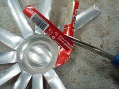 Cómo hacer un portavelas o cenicero con una lata reciclada: Cuarto paso: Dobla y corta las tiras