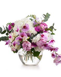Hortensii, bujori, frezii, orhidee- o colecție de flori speciale într-un singur buchet! Cu un aspect delicat, acest buchet poate ajunge în brațele cuiva drag în doar câteva ore. Comandă-l acum și așteaptă reacția de bucurie a destinatarei. #buchete #orchids #peonies #hydrangea #bujori Magnolia, Flower Arrangements, Glass Vase, Floral Arrangements, Magnolias