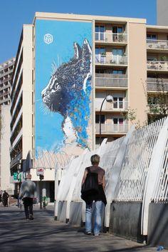 Réalisé en avril 2013, le chat de C215 situé à l'angle de la rue Nationale et du boulevard Vincent Auriol, pose un regard lointain et majestueux sur le 13ème arrondissement parisien. Du haut de ses 6 étages, cette oeuvre s'inscrit…