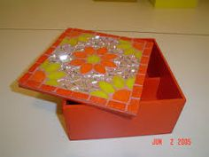 Resultado de imagen para cajas en mosaiquismo Mosaic Tile Art, Mosaic Crafts, Mosaic Designs, Mosaic Patterns, Mosaic Flower Pots, Glass Boxes, Craft Gifts, Decoupage, Decorative Boxes