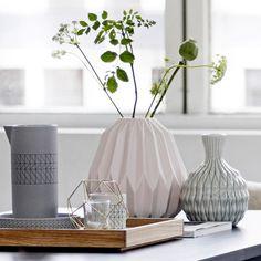 Vase vieux rose, Bloomingville. Ce vase en porcelaine imite les pliages en origami pour un style à la fois design et charmant