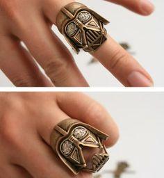 Anel Darth Vader de metal em ouro velho com strass - Bijoux Anciens