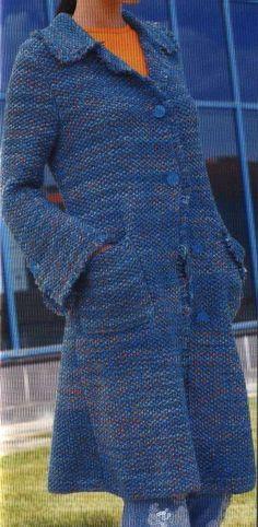 Si estás pensando en tejer un abrigo largo de lana para el invierno, este diseño tejido a dos agujas, te vendrá de maravillas. Las instrucciones de Eva María Torres de DeLabores para hacer un abrigo tejido de punto, te explican cómo hacerlo, de manera clara y sencilla.