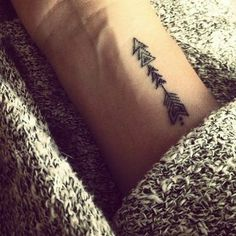 tatuaje pequeño mujer, en la nuca, flecha, estilizada, interesante, original