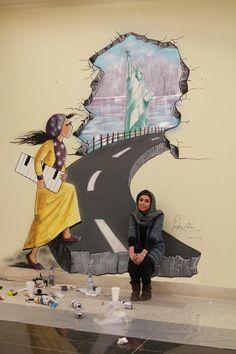 Shamsia Hassani devant l'une de ses oeuvres