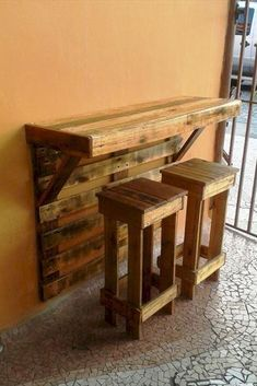 Pallet Furniture Projects Pallet Bar Table with Stools - Top 30 Pallet Ideas to DIY Furniture for Your Home - DIY Diy Pallet Furniture, Diy Pallet Projects, Home Projects, Woodworking Projects, Furniture Ideas, Cafe Furniture, Garden Furniture, Outdoor Furniture, Furniture Online
