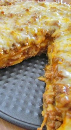 Taco Bake a. Mexican Pizza Taco Bake (also known as Mexican Pizza) is a super simple and quick weeknight meal with layers of tortillas, ground beef and queso cheeses! Bean Recipes, Pizza Recipes, Casserole Recipes, Mexican Food Recipes, Dinner Recipes, Cooking Recipes, Taco Bake Casserole, Taco Casserole With Tortillas, Taco Bake Recipes