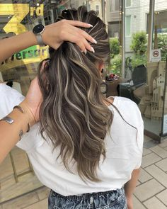 Highlight Color Long Hair Perm Hair Color Par Daiki … – Welcome Brown Hair Balayage, Brown Blonde Hair, Hair Color Balayage, Ombre Hair, Haircolor, Blonde Balayage, Dark Hair With Highlights, Chunky Highlights, Caramel Highlights